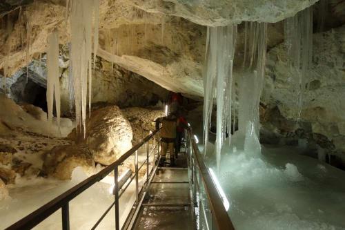 Ledová výzdoba ve stejnojmenné jeskyni.